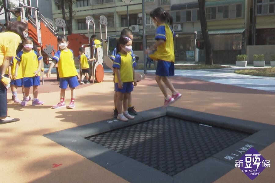 興南公園擁竹市首座彈跳網 林智堅讚:好玩好走好安全
