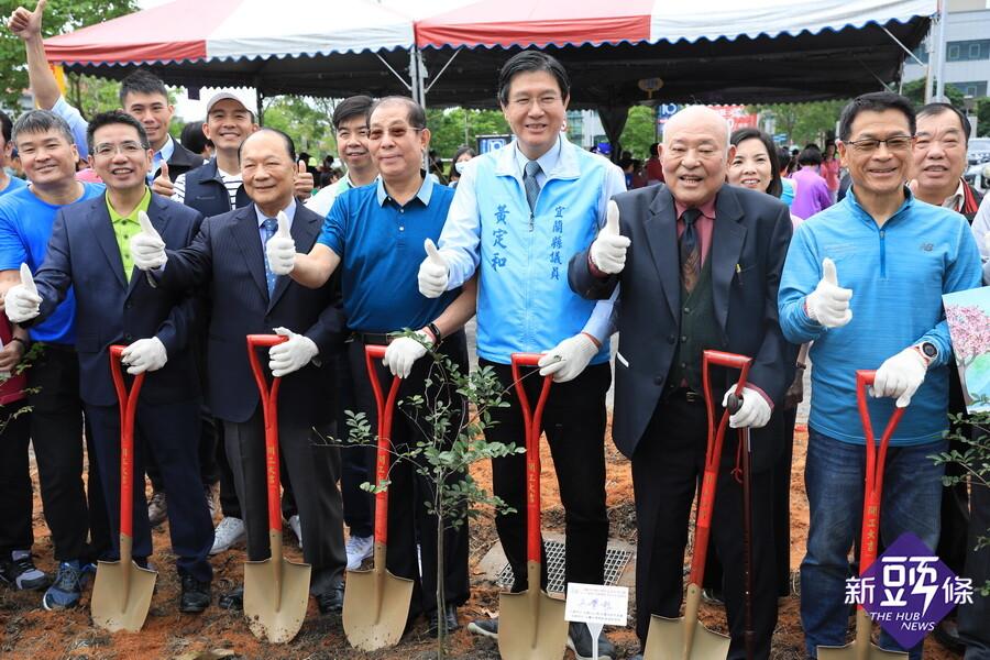 慶祝宜市升格80週年 歷任市長共植象徵好運的紫薇樹