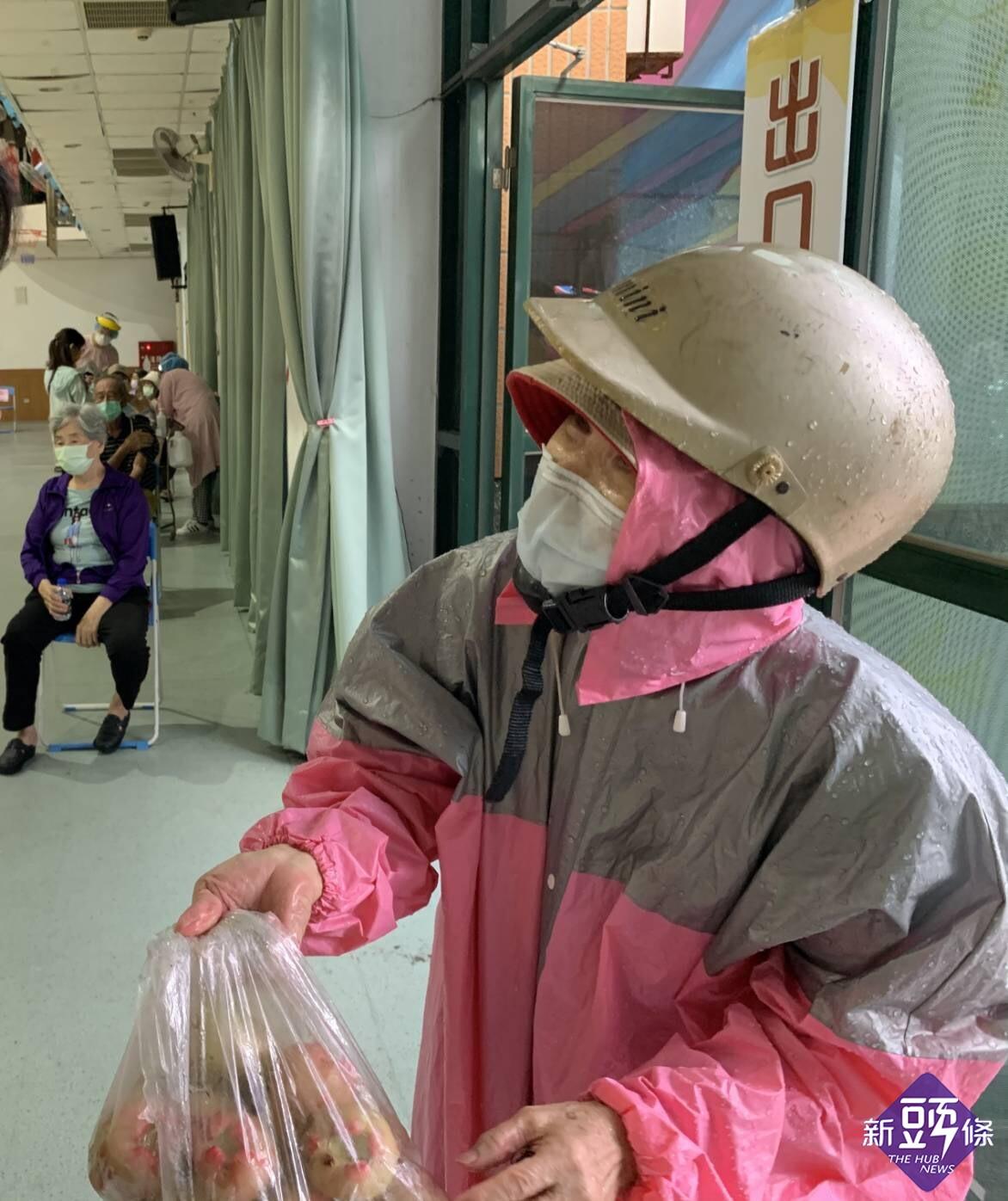 高市持續施打疫苗 民眾暖心送水果給第一線的護理人員打氣